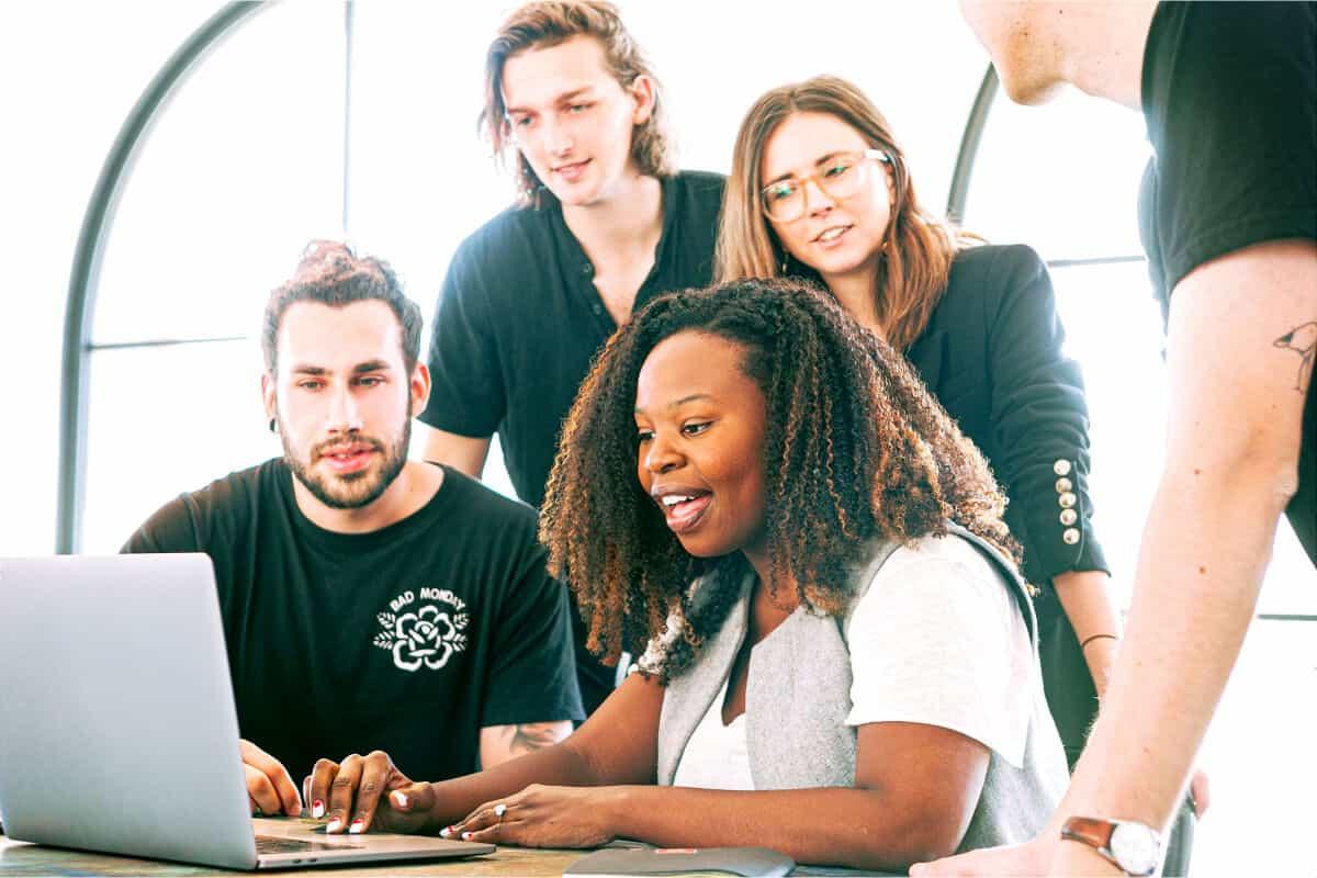 grupo de personas admirando una pantalla