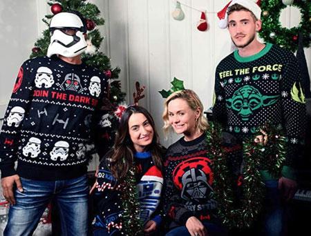grupo de amigos con jersey navideño