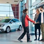 pareja comprando coche
